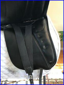 17 Hennig Classic Dressage Saddle with Hennig Sofa Girth & Leathers